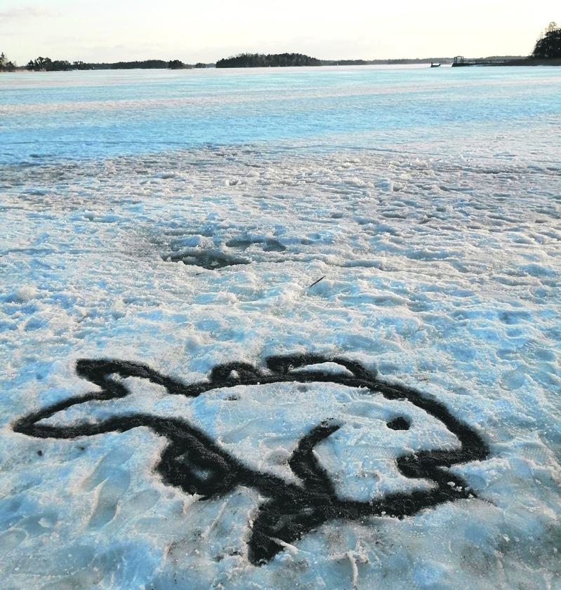 Ison Kallahden uimarannalle oli joku tehnyt hiekasta kalan. T. A.A.