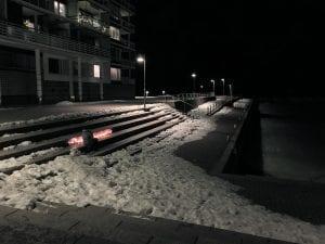 Liikuttava näkymä Aurinkolahdessa 5.3., kun Koskelassa surmatun 16-vuotiaan pojan muistoksi sytytettiin kynttilöitä. Kuvaaja: Minna Riihinen