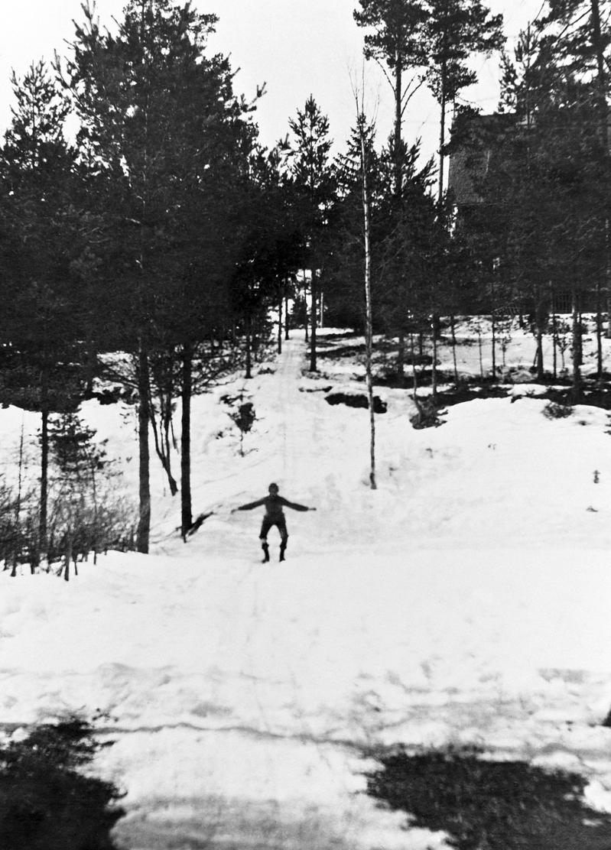 Mäenlaskua Åsan huvilan pihassa Kallvikinniemessä pääsiäisenä vuonna 1923.