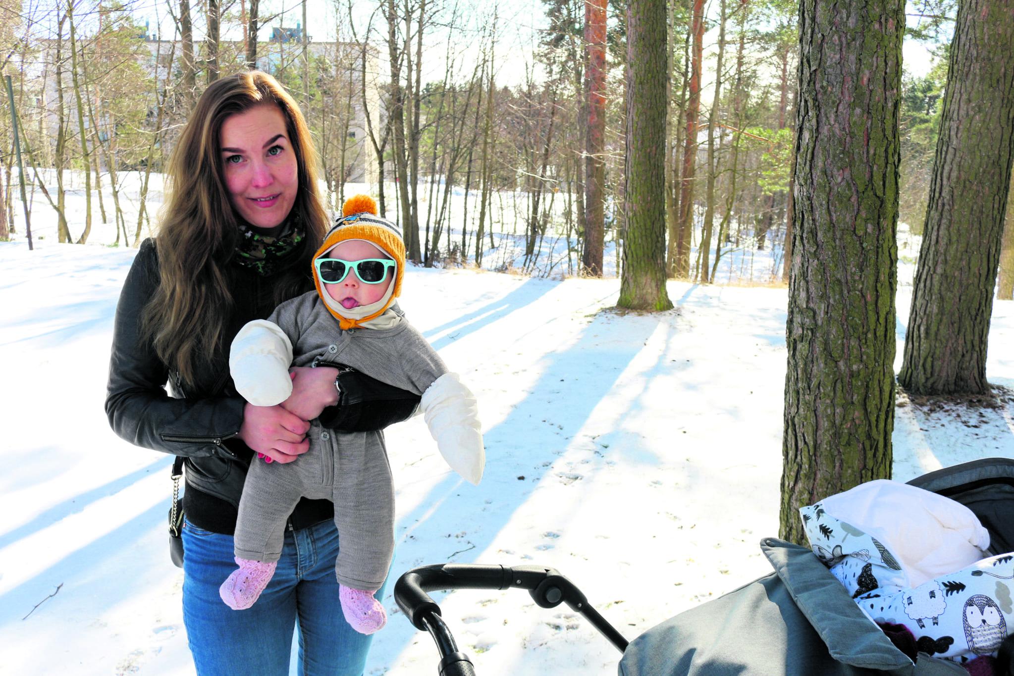 Merikorttikujalla asuva seniorihoitaja Merituuli Nylund, 26, on vanhempainvapaalla, sylissä Iris-vauva.