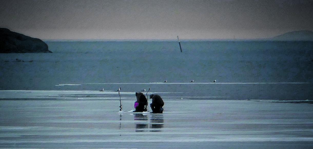 Uhkarohkeat kalamiehet pilkillä 25.3. Kuva: Aage