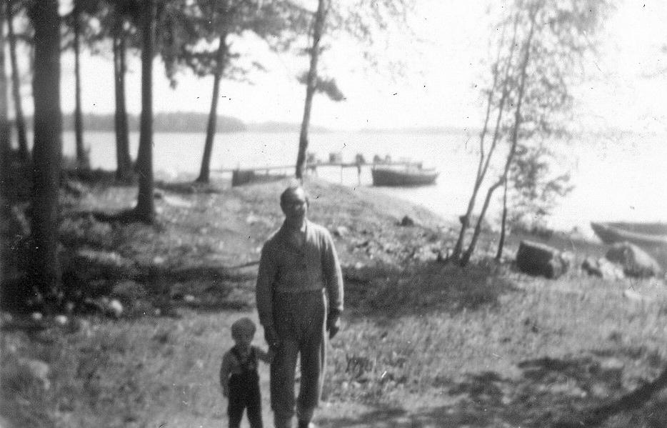Eila Mäkinen ja lähellä asunut Mäkisten perheystävä Sidri Arfullen Kortvikissa. Arfullen oli yksi Ensiota, Berttaa ja Eila-tytärtä tukeneista ja Vuosaareen sopeutumisessa auttaneista paikallisista henkilöistä. Kuva: Seija Mäkisen kotialbumi