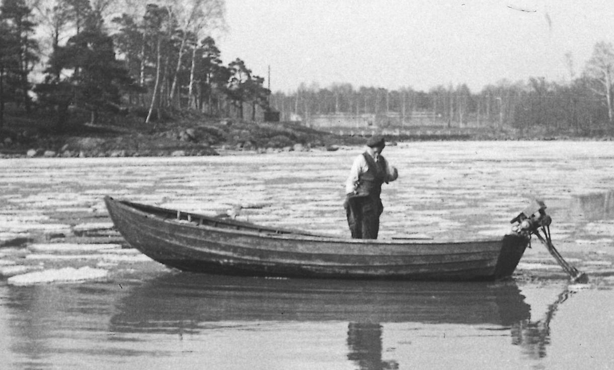 Ammattikalastaja Ensio Mäkinen rysäruuhessa keväisellä merellä. Kuva: Seija Mäkisen kotialbumi