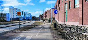 Pyörätie ja jalkakäytävä rinnakkain Kallvikintiellä.