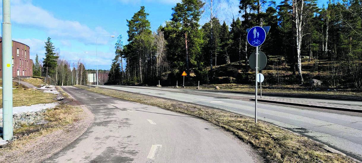 Yhdistetty pyörätie ja jalkakäytävä Kallvikintien ja Niinisaarentien kiertoliittymän vieressä.
