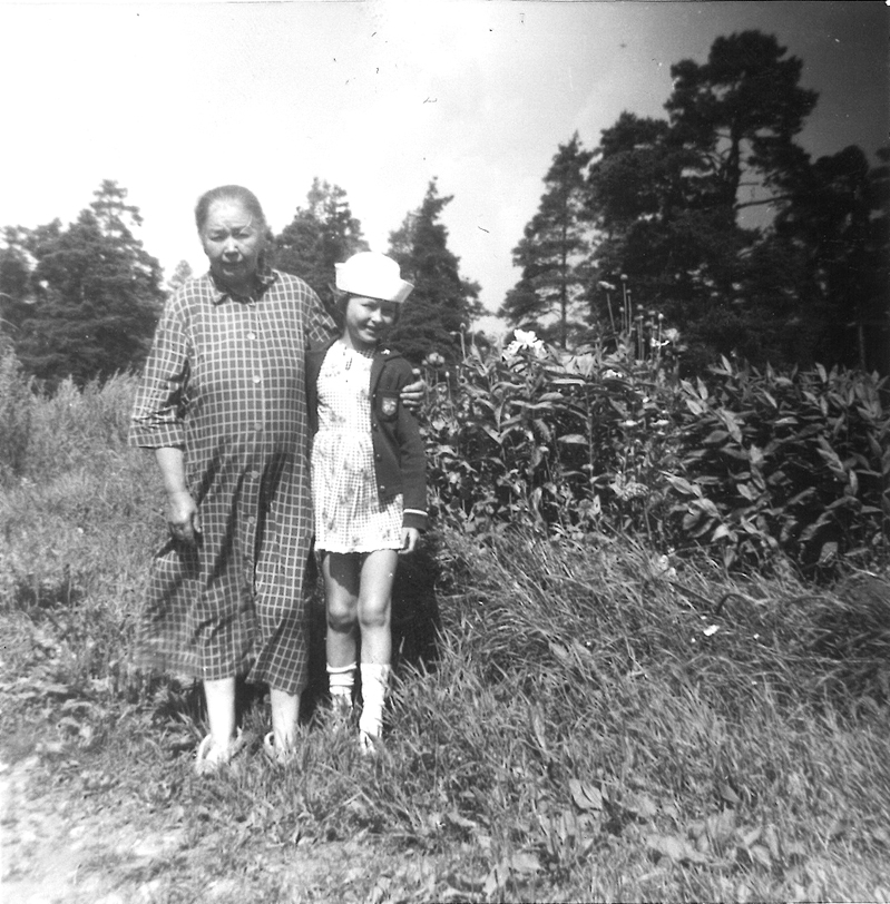 Maria Mäkinen ja hänen lapsenlapsensa Seija Mäkinen Rastilassa 1960-luvun alussa. Kuva: Seija Mäkisen kotialbumi