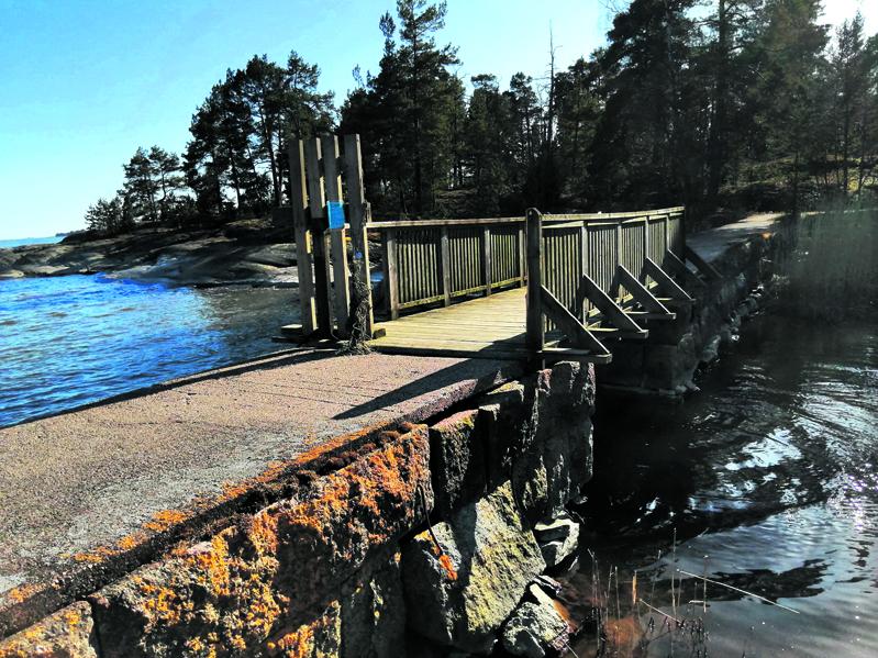 Nuottasaareen johtavan sillan porttiin on kohdistettu ilkivaltaa.