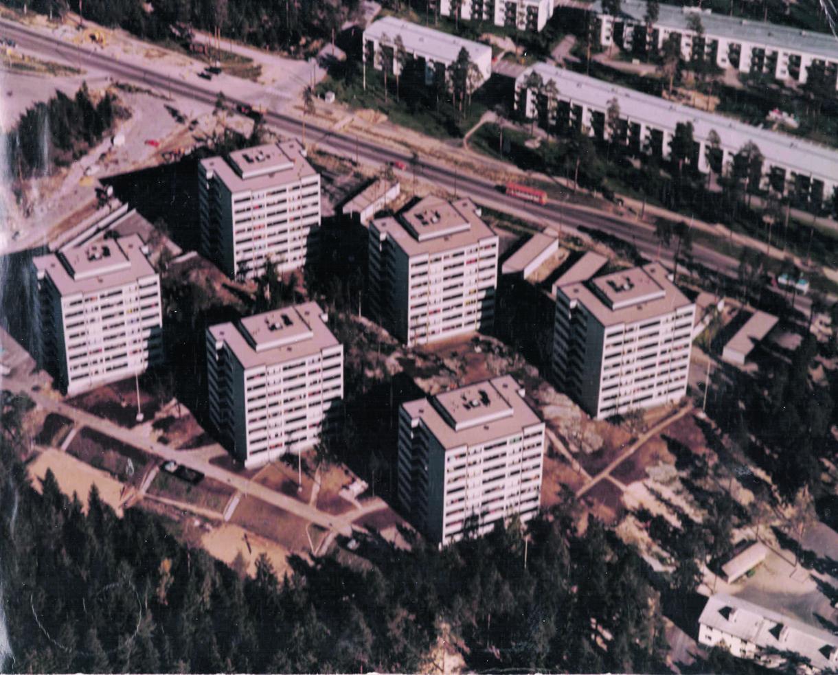 Juuri valmistuneet Rastilantie 2:n talot 1970-luvun alussa. Oikeassa alakulmassa näkyvät Airoparintie 1–3:n jo puretut talot. Vasemmassa yläkulmassa nykyisen Lidlin paikalla oli Shellin huoltoasema. Kuva: Vuosaari-lehden arkisto