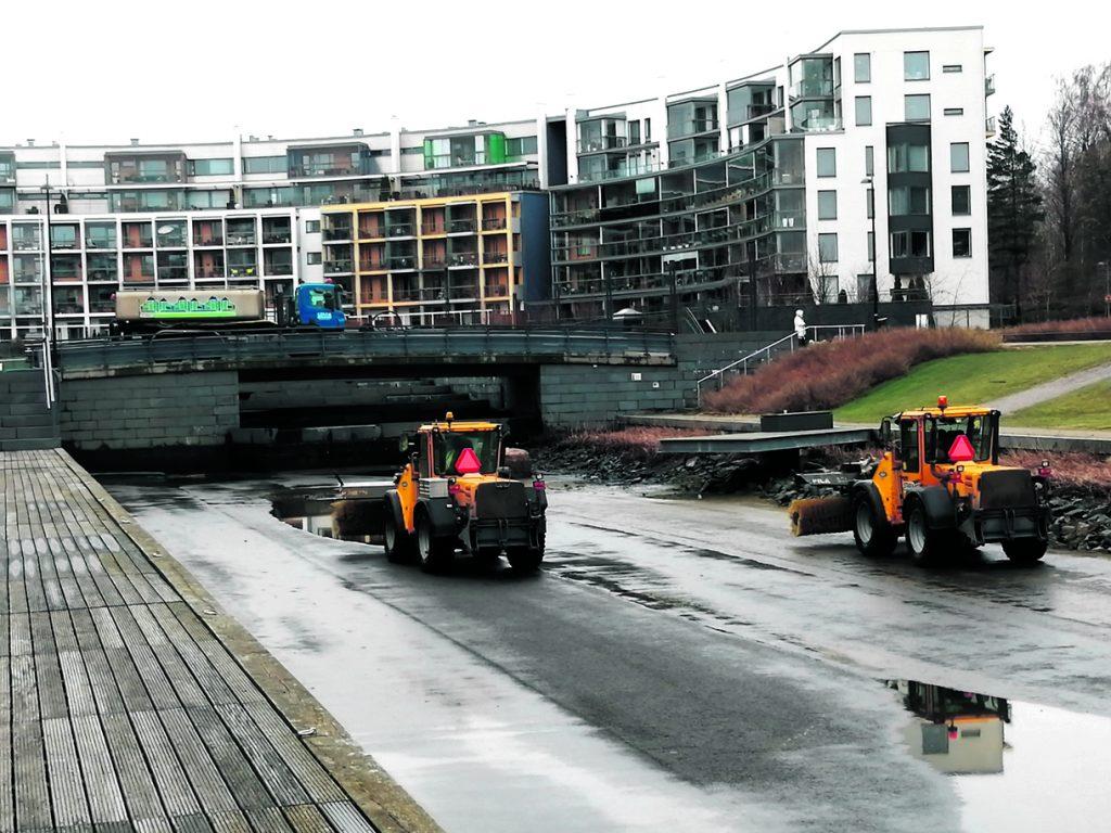 Uutelan kanavassa tehtiin jokakeväinen pesu torstaina 6.5. Kanava tyhjennettiin vedestä ja sinne laskettiin suurilla nostureilla kaksi puhdistustraktoria. Hiekan lisäksi kanavan pohjalta nostettiin taas sinne kuulumattomia esineitä ja roskaa.