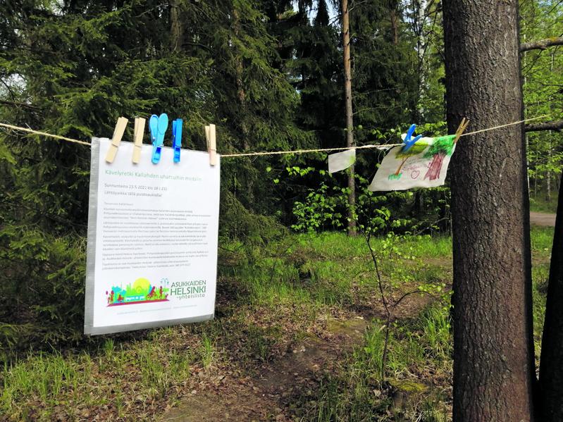 """Pohjavedenpuiston puihin on asukkaiden toimesta kiinnitetty eräänlainen protesti-installaatio, jossa vastustetaan Meri-Rastilan itäosan ja Pohjavedenpuiston alueen rakentamista. Kallahden uhattuihin metsiin järjestetään sunnuntaina 23.5. kello 18  kävelyretki, joka lähtee Pohjavedenpuiston aukiolta, Leikosaarentie 2:n kohdilta. Mukana on muun muassa Kallahti Kallvik ry:n edustajia.  """"Säästäkää metsämme"""""""