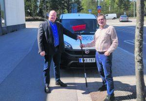 Vuo-Kiinteistöpalvelut Oy:n uusi toimitusjohtaja Pekka Ljungberg (vasemmalla) otti maanantaina 24.5. työn ja luudan vastaan eläkkeelle siirtyvältä Kari Hiltuselta.