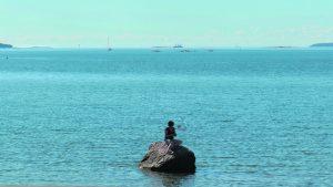 Onko kuvassa Aurinkolahden versio Kööpenhaminan Pieni merenneito -patsaasta? Kuvaterveisin, Aage