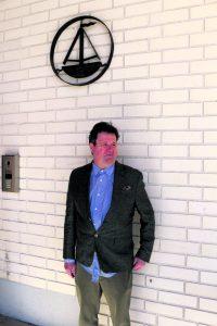 """Rehtori Jukka Isohanni on aikoinaan ollut mukana suunnittelemassa hänen päänsä yläpuolella olevaa entisen Vuosaaren ala-asteen eli """"Puniksen"""" logoa."""