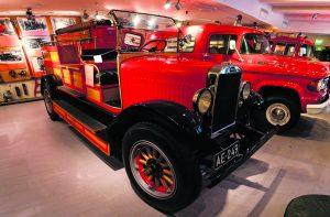 Paraatissa nähdään muun muassa upea Volvo vuodelta 1927. Kuva: Helsingin kaupungin pelastuslaitos, Antti Salminen