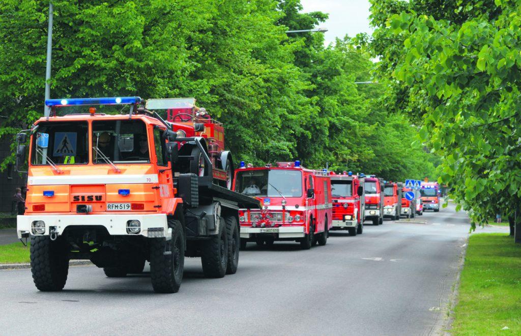 Yli 30 ajoneuvoa käsittänyt paraati herätti ihastusta katujen varsille kerääntyneissä katsojissa. Kuvassa kulkupelit Leikosaarentiellä.
