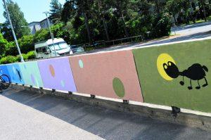 Tylsä betoniaita sai asukasprojektissa uuden, värikkään ilmeen.