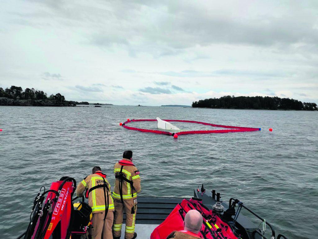 Pelastuslaitos puomitti turmaveneen.  Kuva: Helsingin kaupungin pelastuslaitos