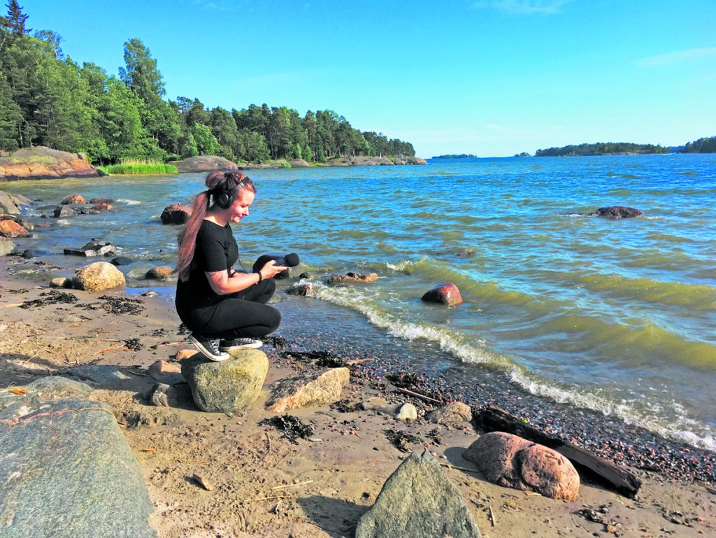 Äänitaiteilija Johanna Puuperä.