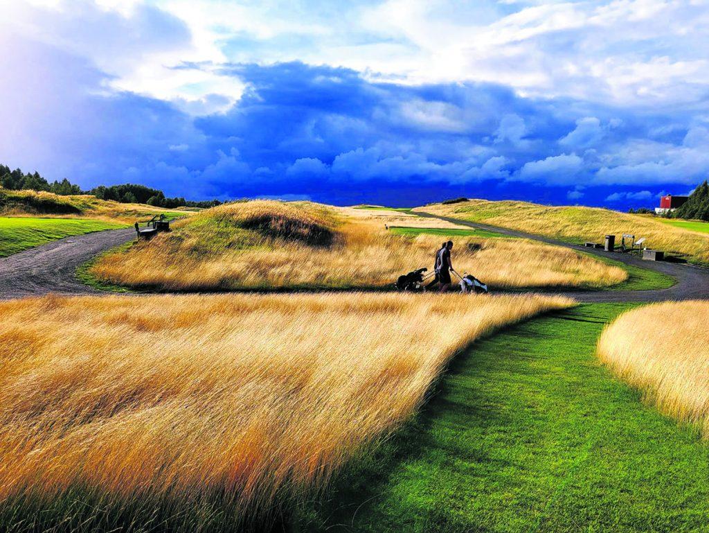 15.8. golfkentän ylle muodostui uhkaavat pilvet. Kuva: Pekka Löfman