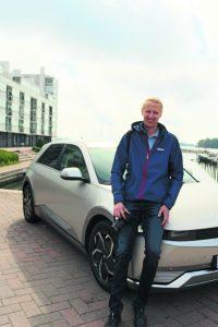 – Pitkänä miehenä arvostan autoissa ergonomista ajoasentoa, Teemu Granström linjaa.                                                                          Kuva: Antti Honkanen