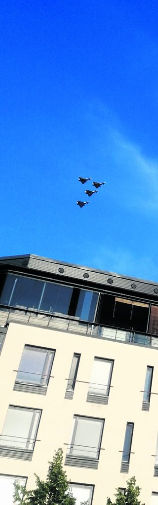 Vuosaarelaisetkin saivat ihastella Kaivopuistossa viikonloppuna järjestetystä Kaivari21-lentonäytöksestä, kun koneet jyrisivät matalalla yli Vuosaaren matkalla keskustaan. Kuvassa Eurofighter Typhoon -hävittäjiä  Rastilan leirintäalueen yläpuolella Rastilankalliossa.           Kuva: A.K.