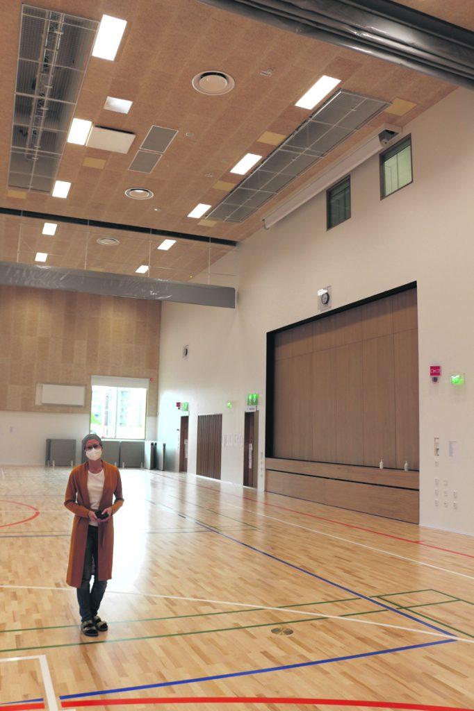 """Talon """"kruunujalokivi"""" on 661 neliömetrin ja valoisa monitoimisali. Se on jaettavissa kolmeen osaan. Salin ja aulan välillä on näyttämötila, joka voidaan avata kumpaankin suuntaan. Salissa tullaan järjestämään esimerkiksi ylioppilaskirjoitukset ja vanhojen tanssit."""