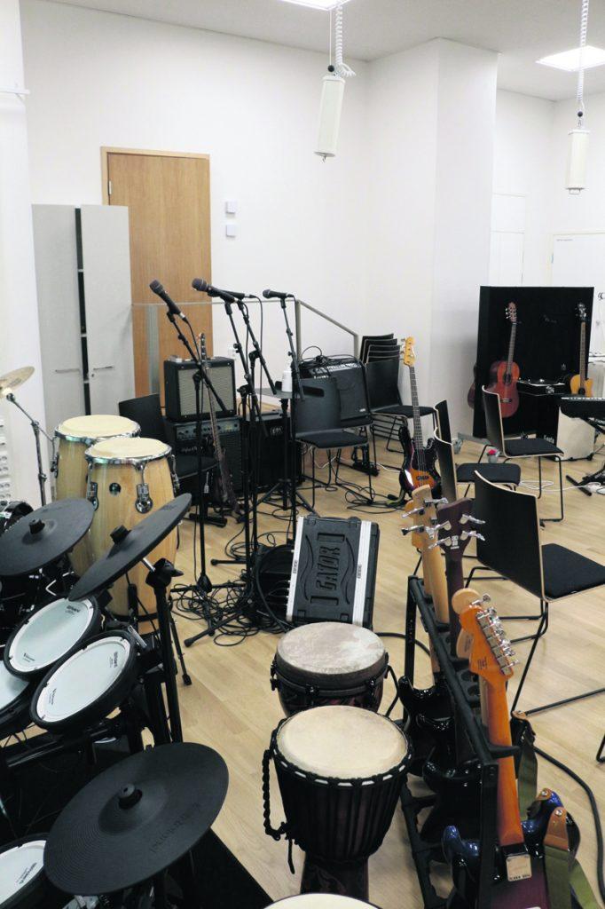 Varustukseen kuuluu myös monipuolinen musiikkitila soittimineen ja tekniikoineen.