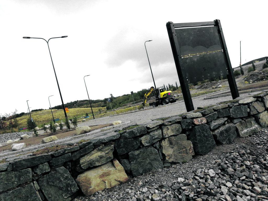 Vuosaaren täyttömäen eli Vuosaarenhuipun sisääntuloalue parkkipaikkoineen, istutuksineen, vesialtaineen ja infopisteineen on pian valmis. Alueen avajaisia vietetään syyskuun alussa.