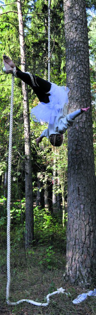Akrobatiaa puussa.