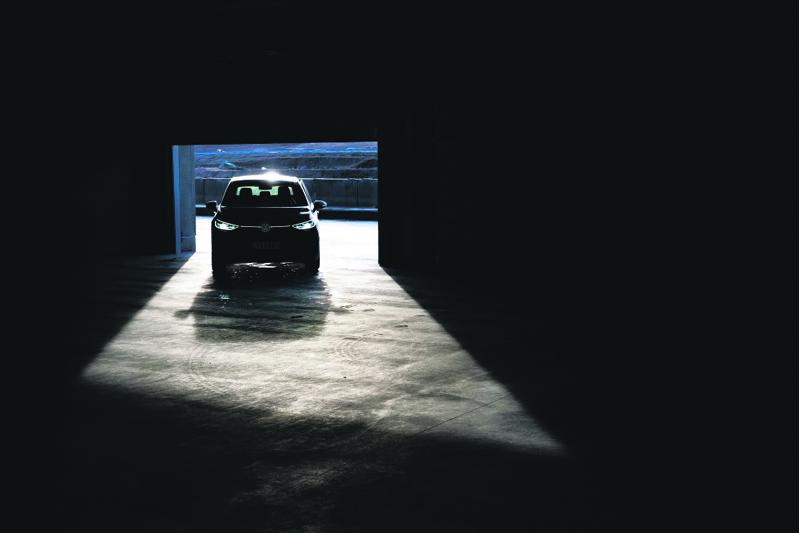 """Teemu Granströmin ottama kuva """"Tulevaisuuteen"""" valittiin alkuvuodesta 2021 Vuoden auto- ja liikennekuvaksi. Kilpailun voittajan valitsi professori ja tanssitaiteilija Jorma Uotinen, joka perusteli voittokuvan valintaa näin: """"Valinta on puhtaasti esteettinen. Kyseessä on graafinen kuva, jossa on vahvat kontrastit, valoa ja pehmeyttä, mustaa ja valkoista, hyvä kuvakompositio. Kuva ei myöskään selitä mitään."""" Kuvassa näkyy KymiRingin moottoriradan varikolla Volkswagenin ID.3-täyssähköauto.    Kuva: Teemu Granström"""