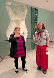 Keskiviikkona 8.9. aloitteen ja Pelastetaan Vuosaari! -adressin valtuustoryhmille vieneet Helena Saarikoski (vasemmalla) ja Anna Martikainen.