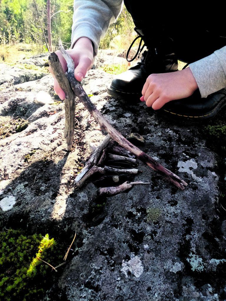 Kuvassa erään Merilahden koulun yhdeksäsluokkalaisryhmän tekemä metsänkuolemaminiatyyri Pohjavedenpuistossa.