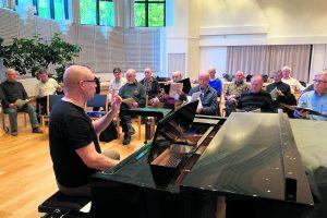 Lauluveljet harjoituksissa Merirasti-kappelissa. Kuva: Jorma Toivari