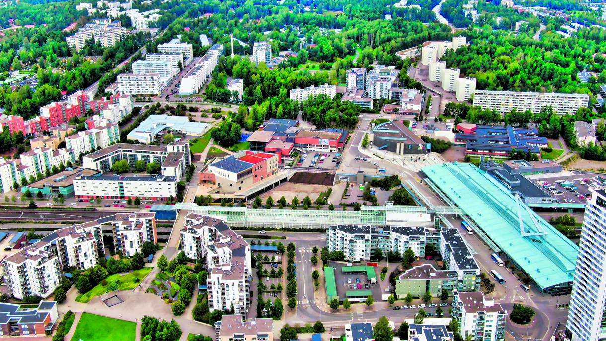Uusi lukiorakennus nousi Vuosaaren ytimeen, metroaseman, Columbuksen, Vuotalon ja Urheilutalon väliin. Rakennus näkyy kuvan keskellä, siinä on osittain punaoranssi katto.               Kuva: Markus Lintu