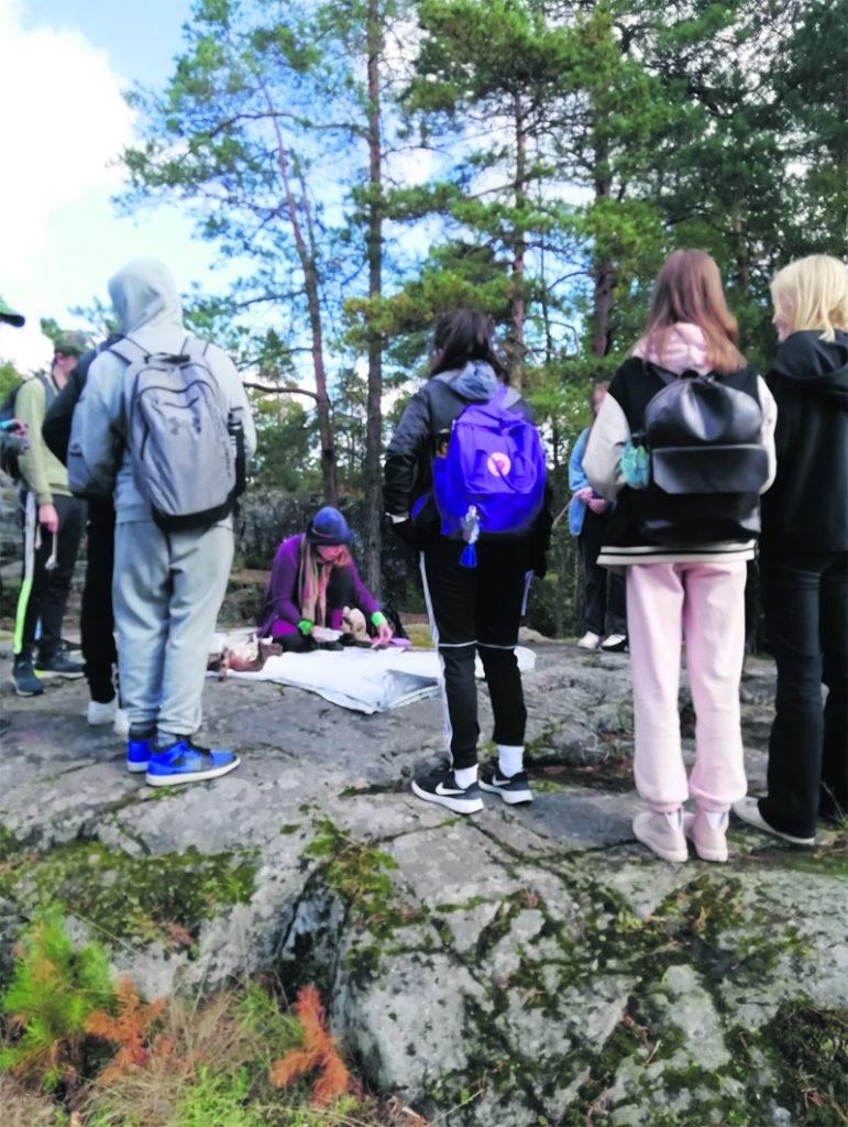 Milla Tuormaa oppilaiden keskellä Pohjavedenpuistossa.