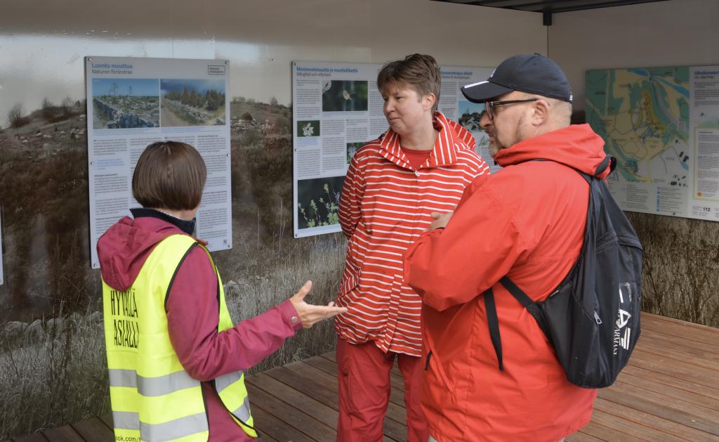 Myös Vuosaari-Seuran puheenjohtaja Nina Ruuttu (keskellä) oli tyytyväinen nyt avattuun Vuosaarenhuippuun.