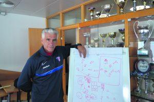 FC Viikinkien valmennuspäällikkö Roberto Nucciolla on monipuolinen historia suomalaisessa jalkapallossa: hän on muun muassa toiminut Futuran valmennuspäällikkönä, Gnistanin urheilutoimenjohtajana sekä valmentanut miesten Kakkosessa ja Ykkösessä.