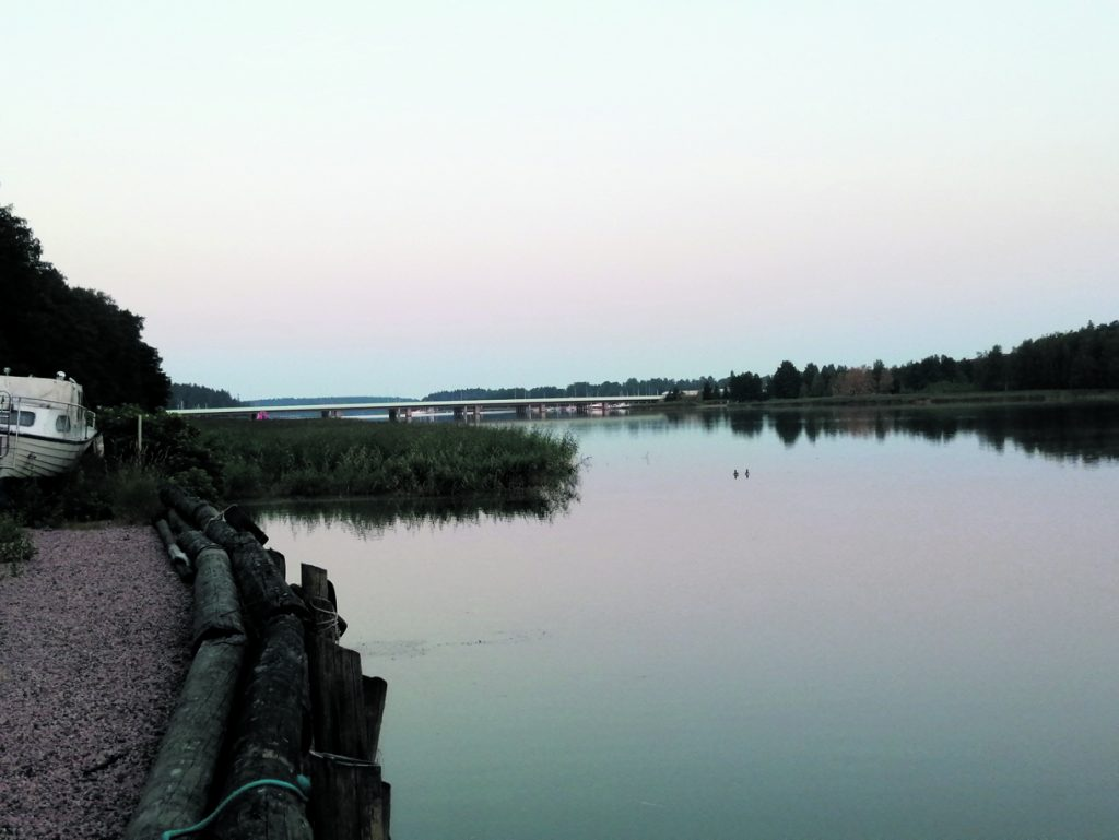 Tyyni aamuyö Vartiokylänlahdella.                           Terveisin, Veneilijä