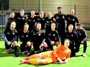 FC Viikingit/S.C.P pelaa ensi kaudella Kolmosessa, tässä osa joukkueesta kauden päätöspelin jälkeen.