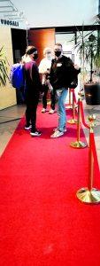Suuren maailman tyyliin ensi-iltaan saavuttiin punaista mattoa pitkin. Kuva: E.H.
