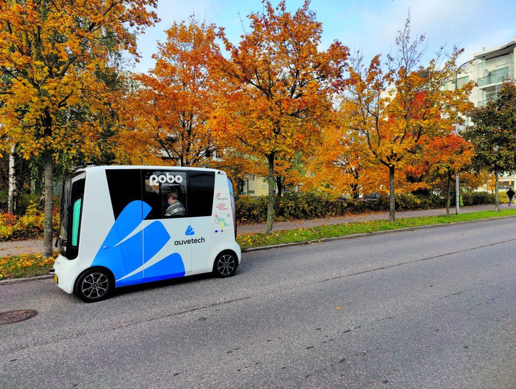 Robottibusseja testataan tulevaisuutta silmällä pitäen: Ne vähentävät liikenneruuhkia sekä autojen aiheuttamia päästöjä ja ilmastovaikutuksia.Lisäksi ne tekevät joukkoliikenteestä helpommin saavutettavaa sekä kustannustehokkaampaa.