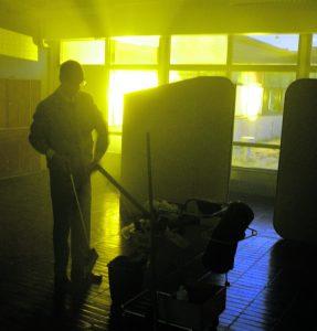 Siivooja liikkuu tiloissa äänettömästi kuin aave.